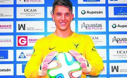 En la imagen, el meta nazareno Luisma, en su presentación como jugador del UCAM Murcia.