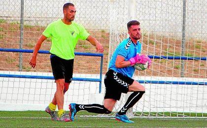 Lolo (izquierda) en un lance del encuentro disputado el jueves entre el Tomares y el Cabecense.