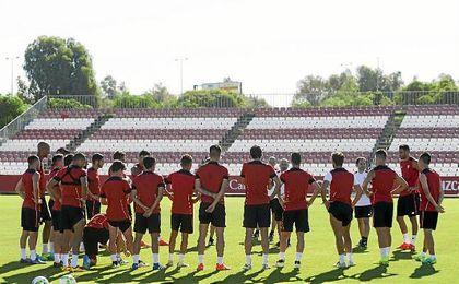 Sampaoli, durante una charla con sus jugadores.