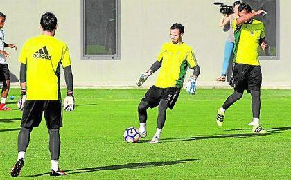 Dani Giménez, Manu Herrera y Antonio Adán son los tres porteros en nómina con los que podrá contar Gustavo Poyet para la temporada que está a punto de empezar.