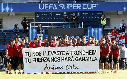 La plantilla del Sevilla mostrando un mensaje de ánimo a su excapitán.