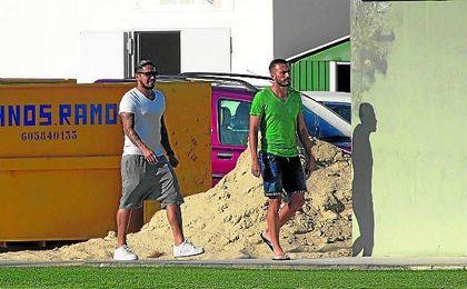 El peruano, con Xavi Torres, en la ciudad deportiva.