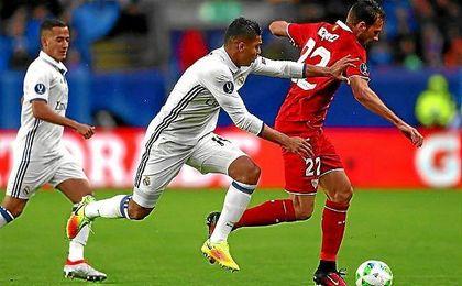 Franco Vázquez conduce el balón ante la presión de Casemiro.