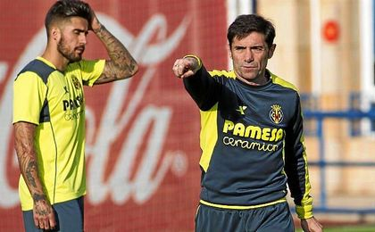 Marcelino da instrucciones durante un entrenamiento del Villarreal.