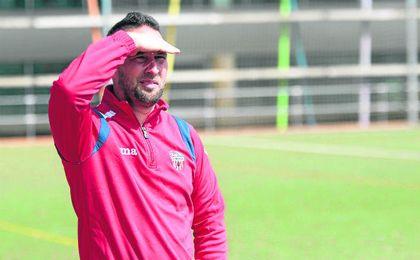 Alfonso Lozano, nuevo entrenador del Cerro, durante un encuentro de la pasada campaña en el Morón.