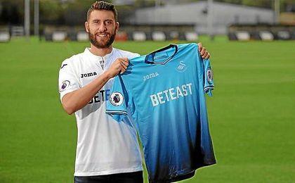 Borja Bastón, con su nueva camiseta, la del Swansea City.