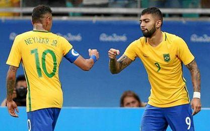 Neymar se felicita con uno de los goleadores, Barbosa.