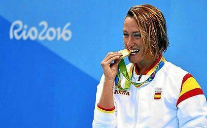 Mireia Belmonte muerde su medalla de oro olímpica en 200 mariposa.