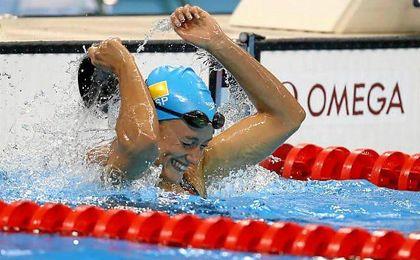Mireia Belmonte celebra su oro nada más finalizar la prueba.