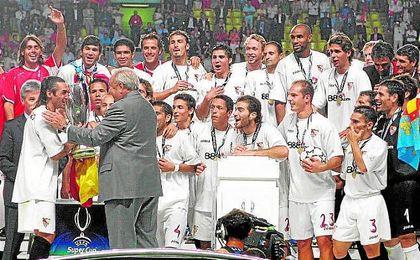El Sevilla levanta la Supercopa de Europa de la 06/07 tras ganarle al Bar�a por 3-0.