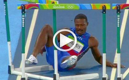 Jeffery Julmis no calcula y cae estrepitosamente en los 100 metros vallas