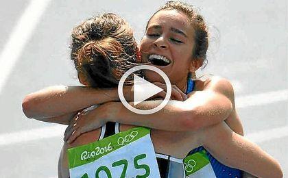 Abbey D´Agostino y Nikki Hamblin se abrazan tras finalizar la prueba de 5.000 m.
