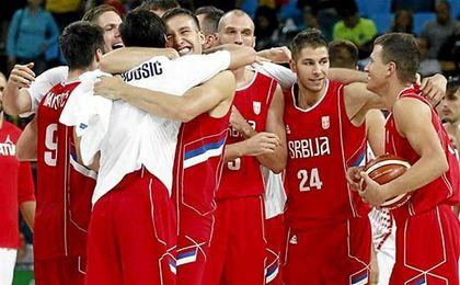 Los jugadores de Serbia se felicitan tras su victoria ante Croacia.