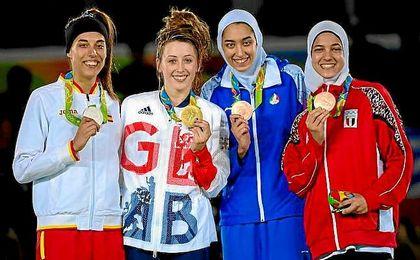 Eva Calvo, a la izquierda, con su medalla de plata.