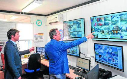 David Guevara y Juan Espadas analizan el funcionamiento de la nueva seguridad en el IMD.