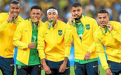 Neymar, junto a sus compañeros, con la medalla de oro.