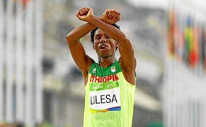Lilesa aprovechó su momento de gloria en la línea de meta para dar a conocer la situación de su pueblo natal.