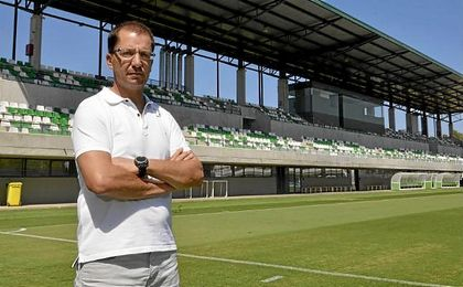 José Juan Romero posa para ESTADIO Deportivo en la ciudad deportiva verdiblanca.