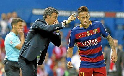 Neymar habla con Luis Enrique durante un partido.