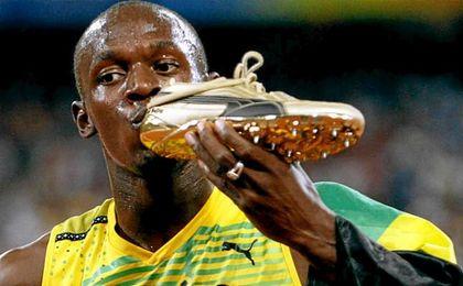 Usain Bolt posa con sus Puma doradas.