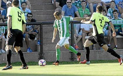 Joaquín, con el brazalete de capitán, durante el amistoso de esta pretemporada frente al CD El Palo.