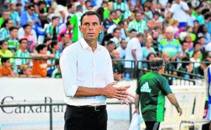 Acostumbrado a la cultura del fútbol británico, el preparador de Montevideo no entiende el nerviosismo que hay en torno a su trabajo tras las dos primeras fechas de Liga.