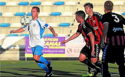 El panadero Gonzalo controla una pelota ante la presión de los jugadores del Cabecense.