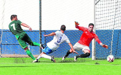 Tom�s Romero, con la ayuda de Quino, obstaculiza un remate del colombiano Narv�ez el pasado domingo.