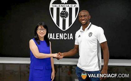 El Valencia refuerza su defensa con el francés Mangala.