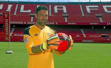 Sirigu posa con la camiseta del Sevilla en el Sánchez Pizjuán.