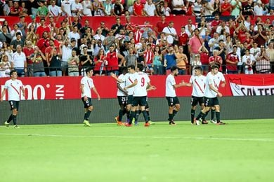 Los jugadores celebran un gol bajo los aplausos del público.