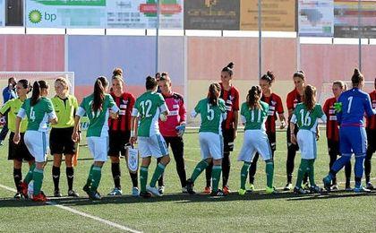 El RBB Féminas, realizando el saludo inicial a las futbolistas del Sporting Club de Huelva en la Final de la Copa Andalucía de 2016.