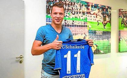 Konoplyanka posa con la camiseta del Schalke, con el que firmó en el ocaso del mercado.