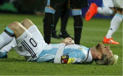 Leo Messi aquejado de la lesión durante el encuentro.
