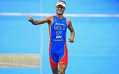 Mario Mola celebra un triunfo en las series mundiales.