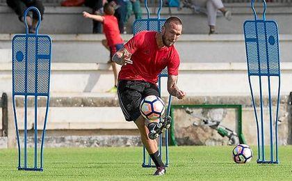Didier Digard, jugador francés fichado ayer por Osasuna, durante un entrenamiento.