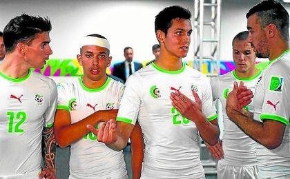 Aissa Mandi, junto a compañeros de selección como Feghouli.