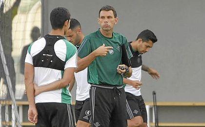 Poyet y Mandi hablan al inicio del entrenamiento de hoy.