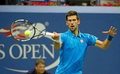 Djokovic golpea una bola durante el US Open.