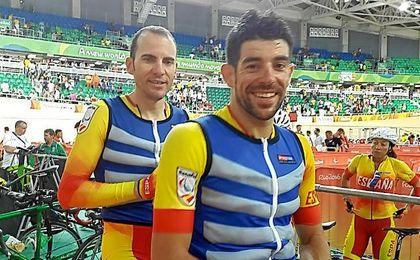 Ignacio Ávila y Joan Font preparados en la bici.