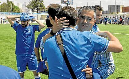Juanma Velasco celebra con sus futbolistas el ascenso conseguido en el pasado mes de mayo.
