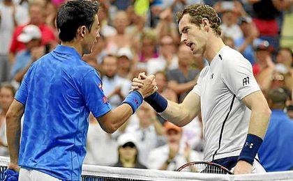 Nishikori y Murray se dan la mano tras el partido.