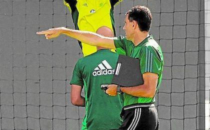 En la imagen, el técnico verdiblanco da indicaciones en una sesión.