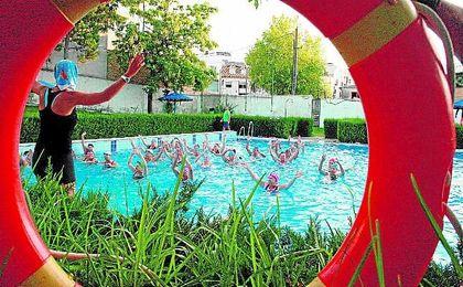 Los vecinos de Morón disfrutando de las actividades en la piscina.