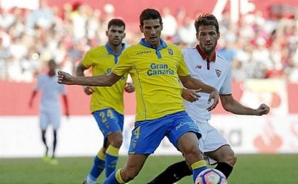 El Mudo Vázquez y Vicente Gómez pelean por un balón.