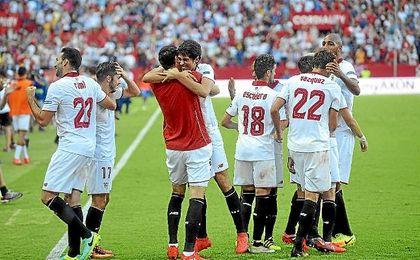 Iborra abraza a Carlos Fern�ndez tras marcar el 2-1.