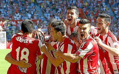 Los jugadores sportinguistas celebran el gol de Nacho Cases.