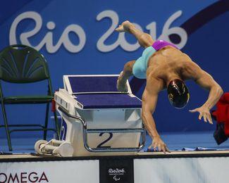 José Antonio Marí se lanza a la piscina.