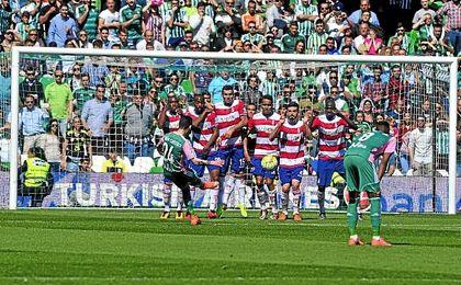 Rubén Castro lanza la falta del segundo gol ante el Granada en la temporada pasada.