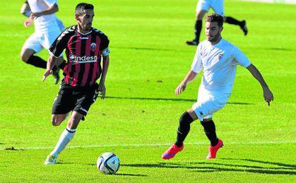 Jesús Mari conduce el esférico en un lance del encuentro disputado la pasada campaña con el Sevilla C.